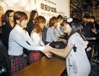 ファンと握手するモーニング娘。