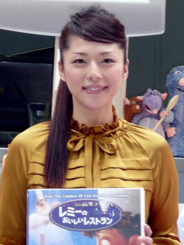 サムネイル キッチンカー「レミーのラタトゥーユ号」の出発式に1日店長として出席した吉岡美穂