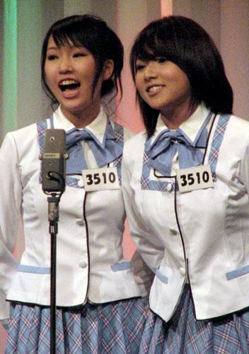 『M-1グランプリ2007』の2回戦に登場したAKB48発の漫才コンビ・「なちのん」の佐藤夏希(左)と野呂佳代(右)