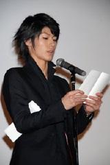 新垣への手紙を朗読する三浦春馬