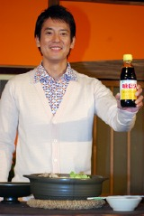ポン酢を片手にポーズを決める唐沢寿明