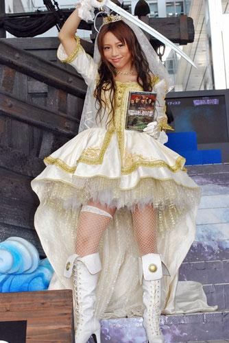 サムネイル パイレーツ風のウェディングドレス姿で登場した釈由美子