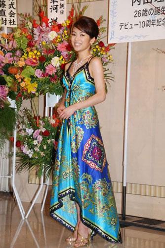 サムネイル 美しいドレスを披露