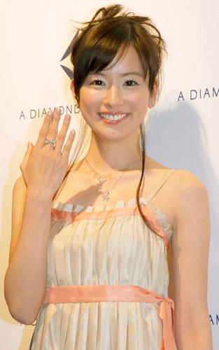 サムネイル 新作ダイヤモンドコレクションでショーモデルに挑戦した皆藤愛子