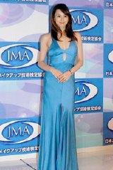 セクシーなロングドレスで登場した米倉涼子