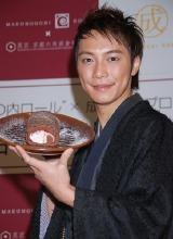 商品『成宮ロール』の記者発表会に出席した成宮寛貴