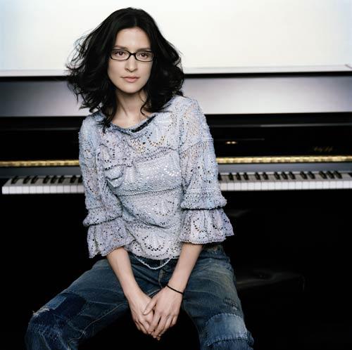 サムネイル メガネが似合う女性有名人1位に選ばれたアンジェラ・アキ
