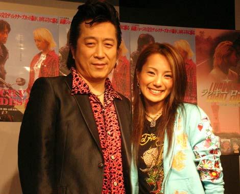 サムネイル 高橋ジョージ・三船美佳 夫妻(07年3月11日、映画「ラッキー・ロードストーン」DVDイベントの時の様子)