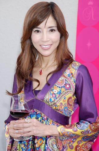 サムネイル ボジョレー・ヌーボーのグラスプロデュース発表会に登場し、鎧塚氏との交際を認めた川島なお美