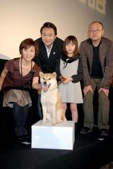マリを囲んで左から松本明子、船越、佐々木麻緒、猪股隆一監督