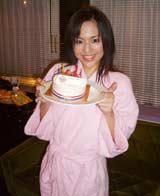 現場では、誕生日も近いことからケーキが渡された