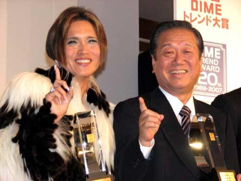 """サムネイル 小沢一郎・民主党代表と「どんだけ〜」で""""合体""""を果たしたIKKO"""