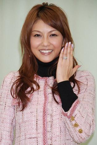 サムネイル 結婚会見で指輪を披露する酒井彩名