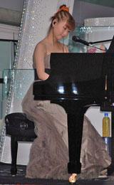 ピアノを弾き語り