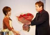 バラの花束をプレゼント