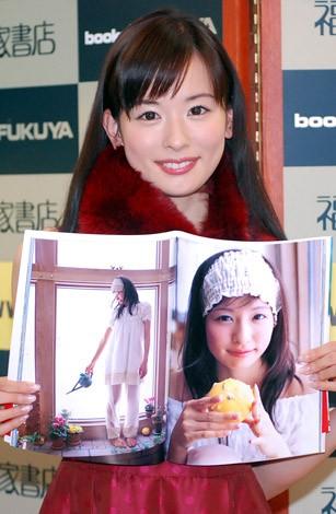 サムネイル お気に入りのパジャマショットを見せる皆藤愛子