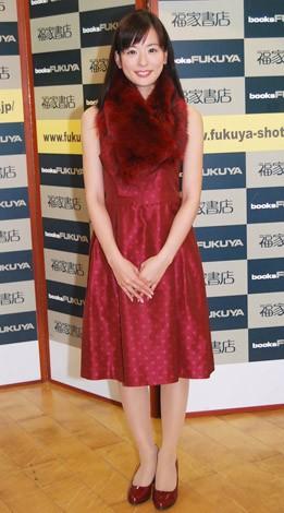 ファースト写真集『あいこ日和』の発売記念握手会を開催した皆藤愛子
