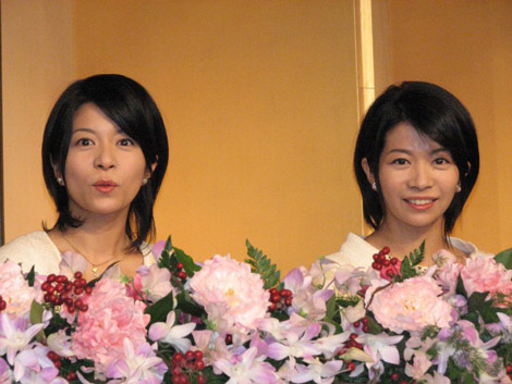 NHK朝の連続テレビ小説『だんだん』でヒロインを務めることを発表した、(左から)三倉茉奈、三倉佳奈