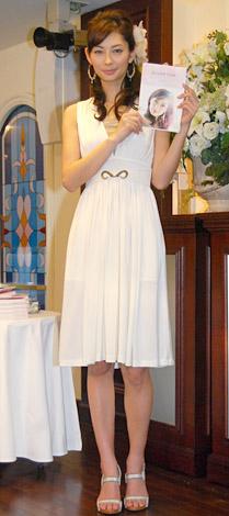 著書『Twinkle Girls 美咲と女の子たちのガールズトーク。』の出版記念イベントで白いワンピース姿で登場した伊東美咲