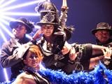 宝塚歌劇をイメージしたようなドレスアップで踊り歌うBoA