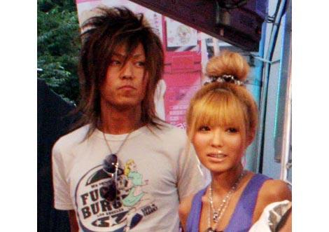 サムネイル 結婚を発表した益若つばさと梅田直樹のツーショット(※7月16日に行われた、『待ちデコ』サービス開始記念イベント時の2人)