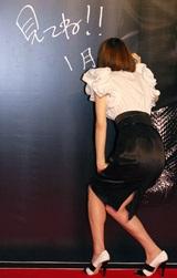 巨大ポスターにサインをする米倉