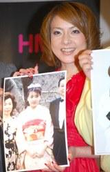 17歳の頃の写真を見せる西川史子