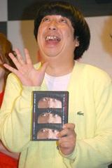 """""""ピンボケ""""ポーズの日村勇紀"""