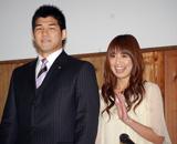 結婚会見を行った井上康生と東原亜希のツーショット