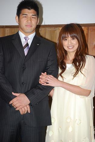 結婚会見を開いた井上康生と東原亜希