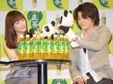 パンダのマスコットでじゃれあう綾瀬と小栗