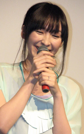 サムネイル 新婚・麻生久美子の左薬指には指輪がキラリ