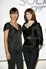 ボンドガールのオルガ・キュレリンコ(左)とジェマ・アータートン