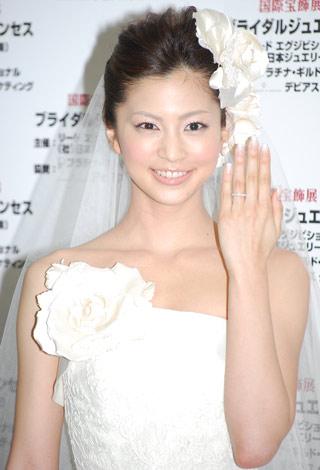 サムネイル ダイヤモンドを豪華にあしらったリングを披露した安田美沙子