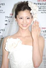ダイヤモンドを豪華にあしらったリングを披露した安田美沙子