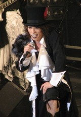 アンコールを含め22曲を熱唱したボーカル・haderu(田村淳)
