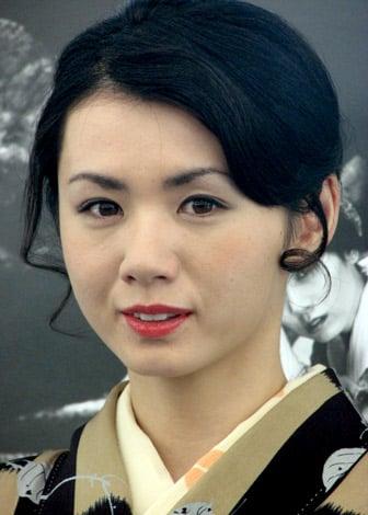 サムネイル 和服姿で色っぽい表情を浮かべる小島可奈子