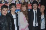 左からベース・中田俊哉、ギター・山田武郎、スザンヌ、ボーカル・上中丈弥、ドラム・久保裕行