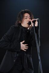 12,000人のファンの前で全71曲を歌う河村隆一(東京・千代田区の日本武道館で)