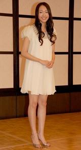 白いワンピース姿の新垣結衣
