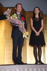 映画部門賞を受賞した周防正行監督とプレゼンターの草刈民代夫妻