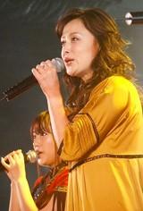 AKB48と「バレンタイン・キッス」を熱唱する国生さゆり