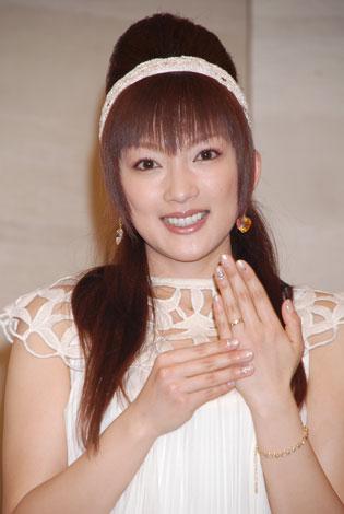 サムネイル 1月28日に行われた結婚発表会見で指輪を披露した山田まりや