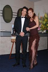 神田うの(右)と、弟で俳優の昇二郎(左)