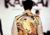 1990年秋冬として、パリコレクションで発表されたジャケット。背中には、ロシアのイコン図案が、和刺繍でほどこされた。(C)山本寛斎事務所