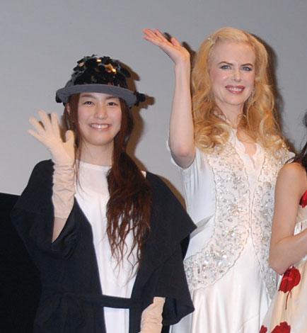映画『ライラの冒険 黄金の羅針盤』のジャパンプレミアに登場した成海璃子とニコール・キッドマン