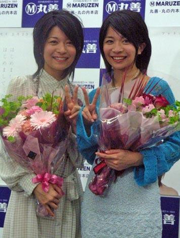サムネイル 初のフォトエッセイ『はじめまして三倉茉奈です。はじめまして三倉佳奈です。』の発売記念イベントを行った、(左)三倉茉奈(右)三倉佳奈