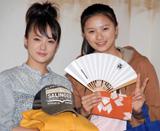 NHK朝ドラのヒロイン引継ぎ式を行った(左から)貫地谷しほり・榮倉奈々