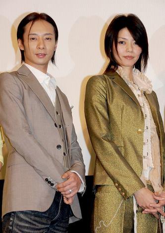 映画『HEY JAPANESE! Do you believe PEACE,LOVE and UNDERSTANDING? 2008-2008年、イマドキジャパニーズよ。愛と平和と理解を信じるかい?-』の初日舞台挨拶に登場した、いしだ壱成&川合千春