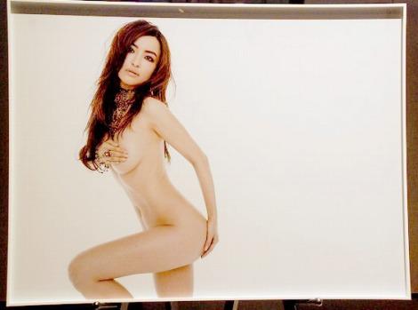 『チャリティ・ヌード写真展forピンクリボン』でセミヌードを披露した平子理沙